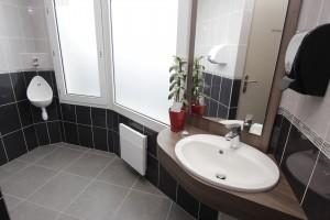 Pose des sanitaires des toilettes publiques de l'hôtel